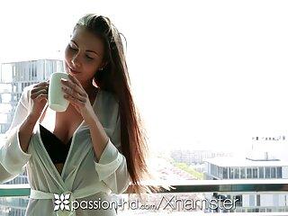 ¡La estrella porno Sophie fakings videos enteros Dee se desnuda frente al espejo!