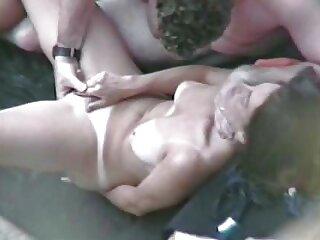 La rubia se hizo cargo de dos machos, y comenzó a chupar sus penes madlifes xxx sucios.