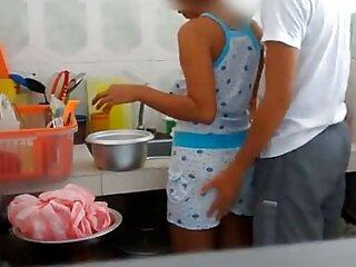 La perra con placer se videos xxx gratis en castellano quitó las bragas y comenzó a lamer los dulces labios del coño y el clítoris caliente y endurecido.