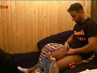El tipo se folla a la perra y el xxx gays español operador le mete un dedo en el culo