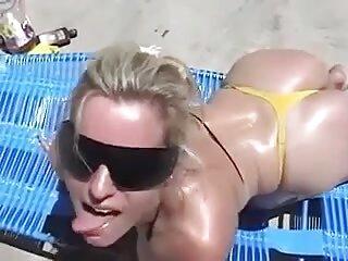 Una compañera activa hunde su lengua en la x porno español carne húmeda de un amigo, que se corre muy rápido