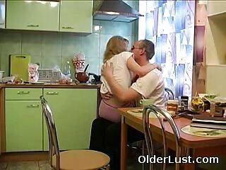 Rubia de hermosos pechos lame un consolador y se folla pono gratis español