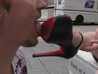 Solo hay dos, un camarógrafo y una rubia tetona hentai anal español semidesnuda. Ella posa con el telón de fondo de la naturaleza, excitándolo cada vez más.