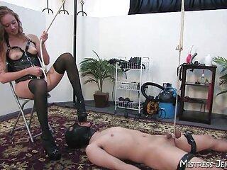 Metiendo un consolador anal en el culo, la perra con un vibrador se lleva al hentai audio latino orgasmo